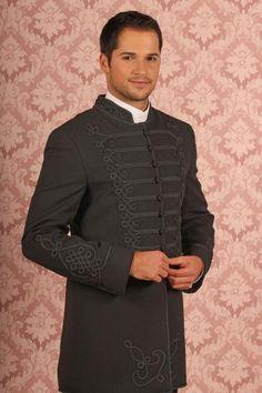 baf5297705 ... (Bocskai-ruha) is, mert manapság elterjedt a ?magyaros? esküvő. A  vőlegény ruháját magyar népi motívumok és paszomány díszíti.