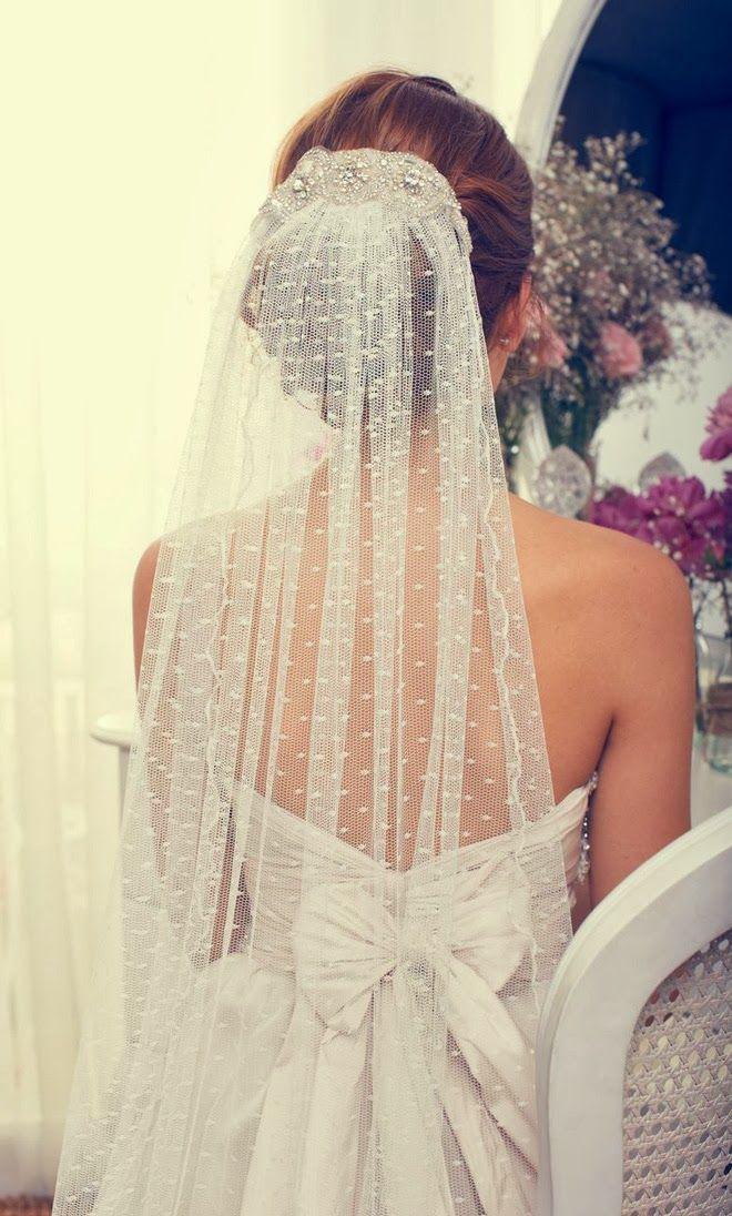 9e765b92d0 Az esküvőn a virágot mindketten viselik, a menyasszony koszorújában, a  vőlegény pedig zakójára tűzve, hogy soha ne tévedjenek rossz útra a hosszú  házas évek ...