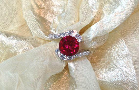 A férj szerelme jeléül rubin gyűrűt ajándékoz a feleségének
